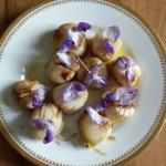 Jakobsmuscheln mit Glyzinienblüten