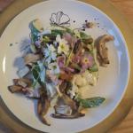 Salat mit Bärlauch, Pilzen und Blümli