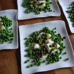 Mozzarella mit Basilikumöl und Knobli-Erbsen